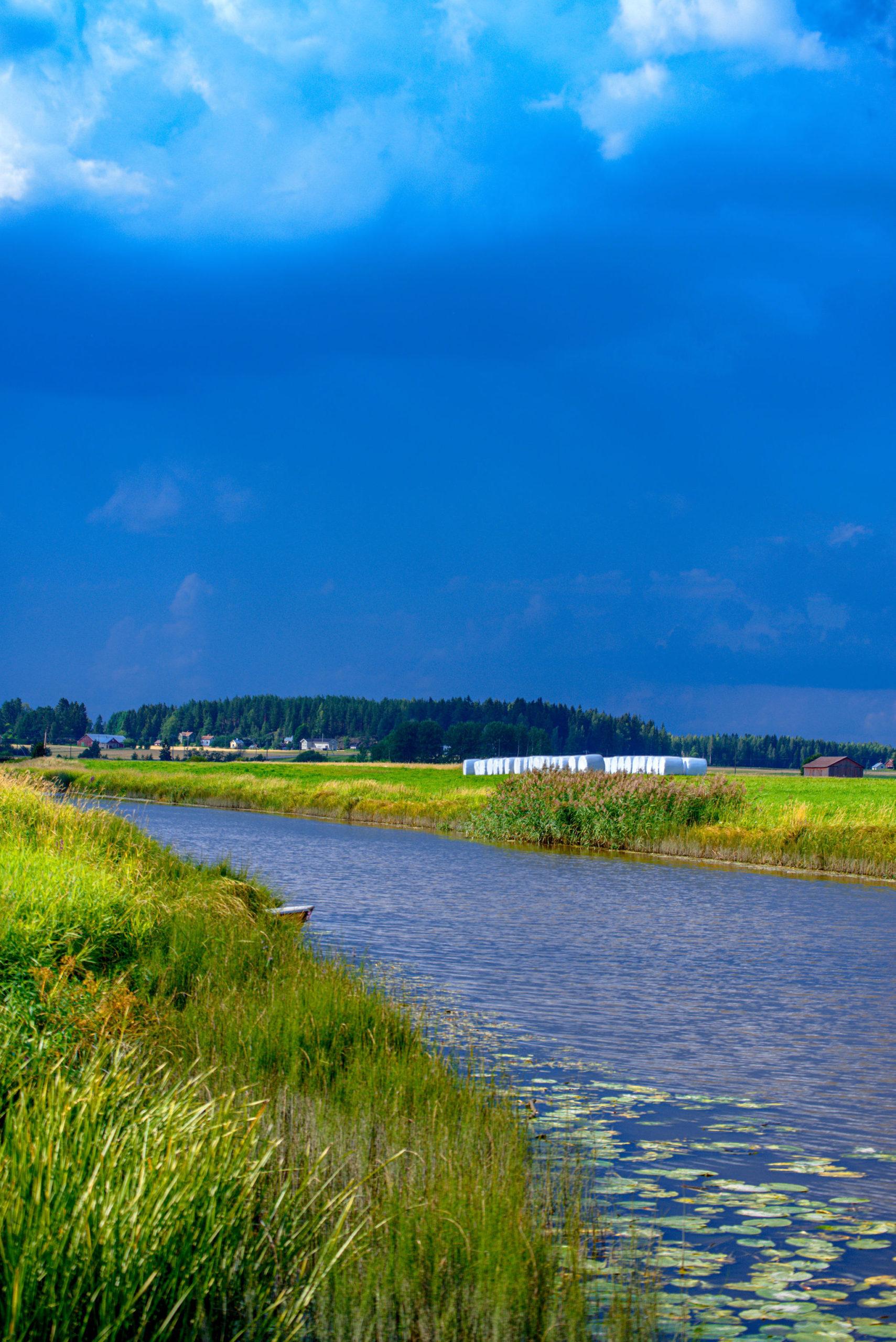 Joki ja sininen taivas taustalla.