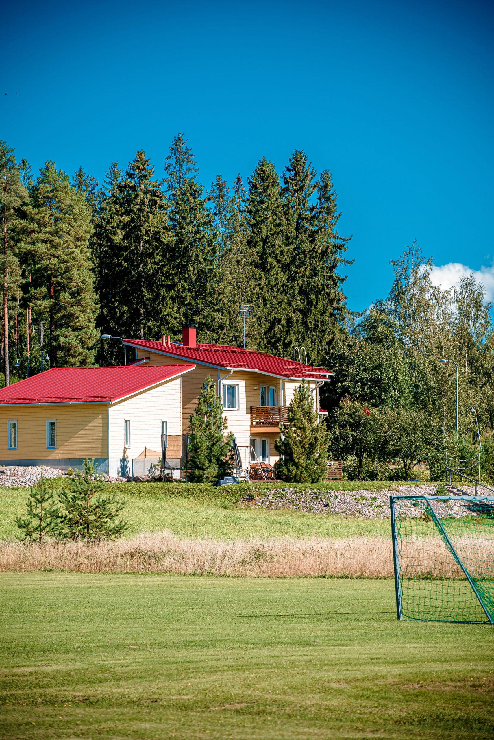 Talo punaisella katolla